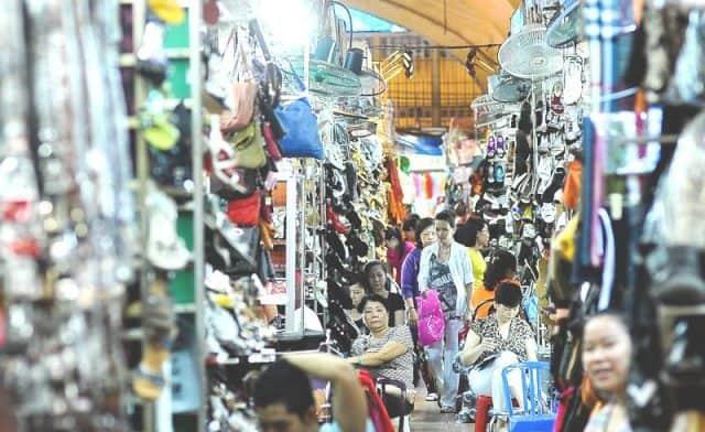 Rất nhiều mặt hàng được bày bán tại Sài Gòn Square