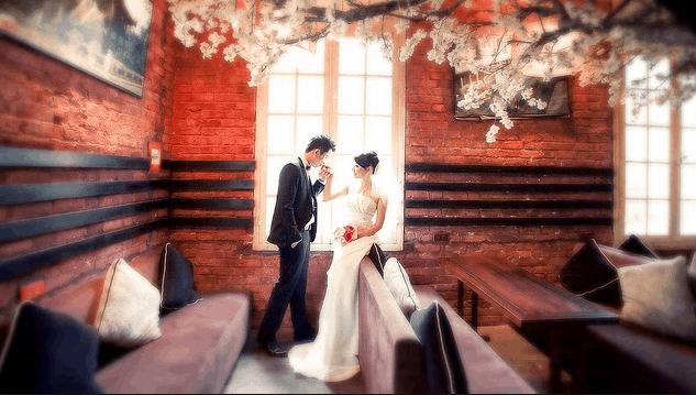 Ở quán cafe có nhiều khung cảnh lãng mạng cho album cưới của bạn