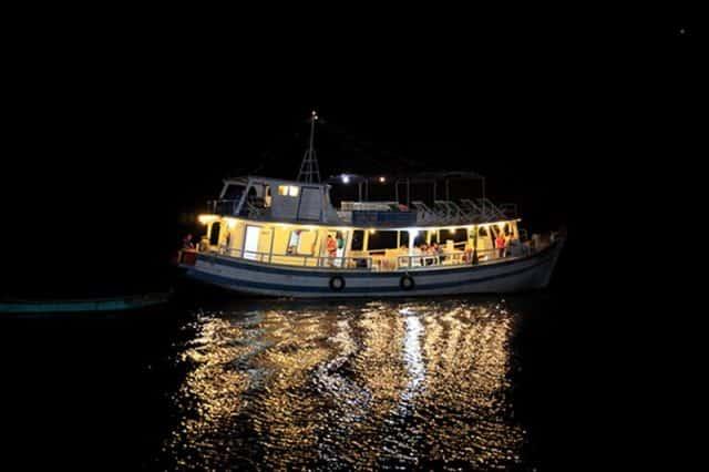 Những con tàu của ngư dân biển ra khơi, ánh đèn lung linh huyền ảo (Ảnh sưu tầm)
