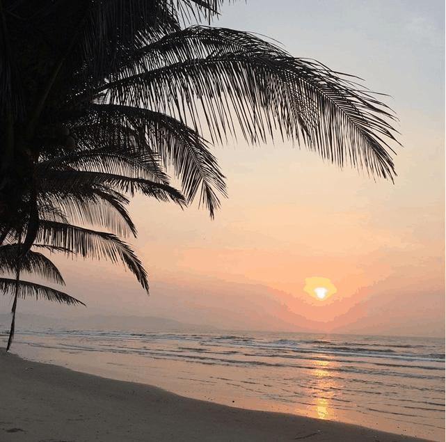 Khung cảnh bình minh yên bình trên biển Long Cung