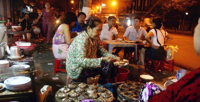 Bánh căn có rất nhiều quán ăn ngon và rẻ