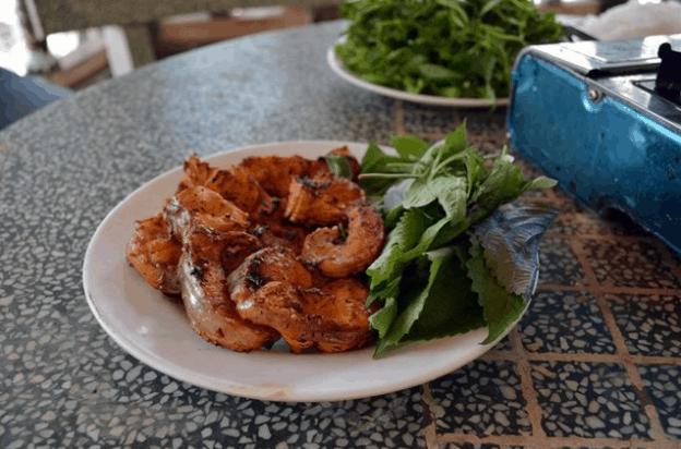 Du khách có thể thưởng thức món ăn dân dã tại nhà hàng trên đảo Ó