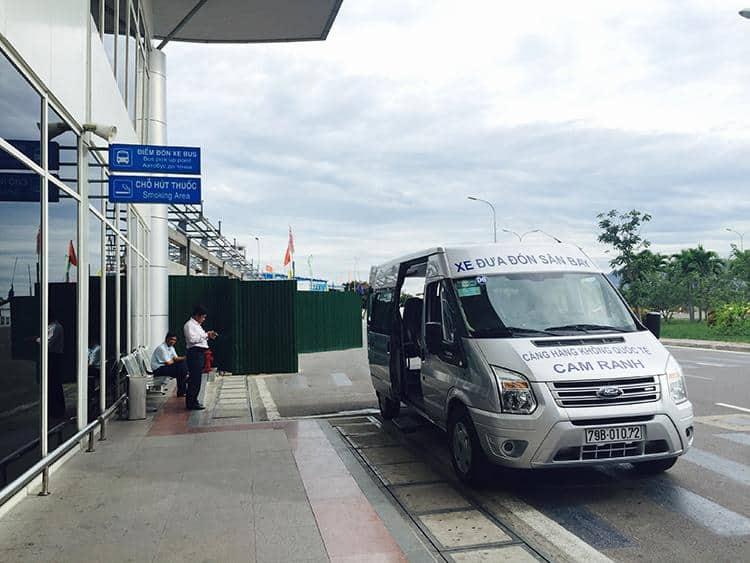 Xe đưa đón tại sân bay Cam Ranh (Ảnh ST)