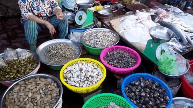 Chợ xóm Lưới có bán rất nhiều hải sản tươi ngon