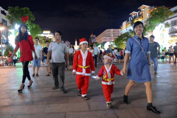 Hàng ngàn người vui Noel tại phố đi bộ Nguyễn Huệ