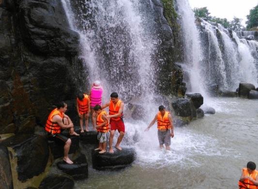 Hình ảnh du khách thỏa thích tắm dưới thác Đá Hàn