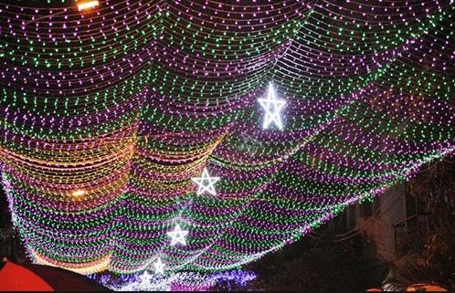 Khắp khu xóm đạo được trang trí lộng lẫy bằng đèn ánh đèn
