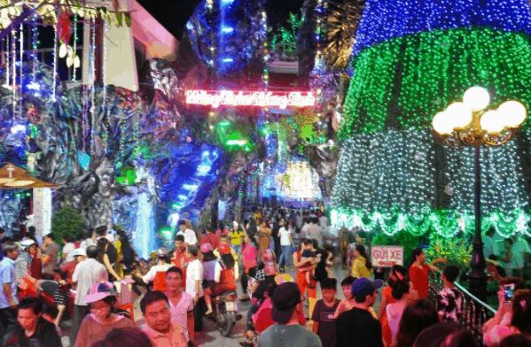 Không khí nhộn nhịp tại xóm đạo Phạm Thế Hiển đón ngày lễ Noel