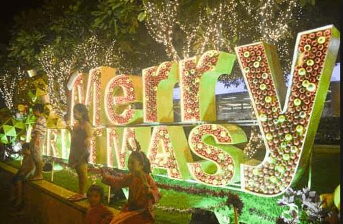 Mọi người đổ xô tới phố đi bộ Nguyễn Huệ ngày Noel để check-in