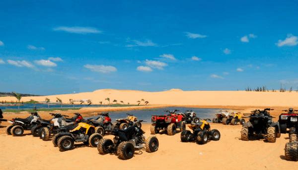 Xe địa hình chạy ở đồi cát