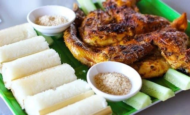 Cơm lam Tây Nguyên hay ăn cùng với gà nướng hoặc với heo xiên nướng (Ảnh ST)