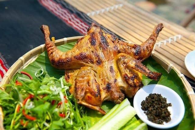 Gà nướng bản Đôn ăn đúng bài nhất là chấm thịt gà với muối ớt hoặc muối sả (Ảnh ST)