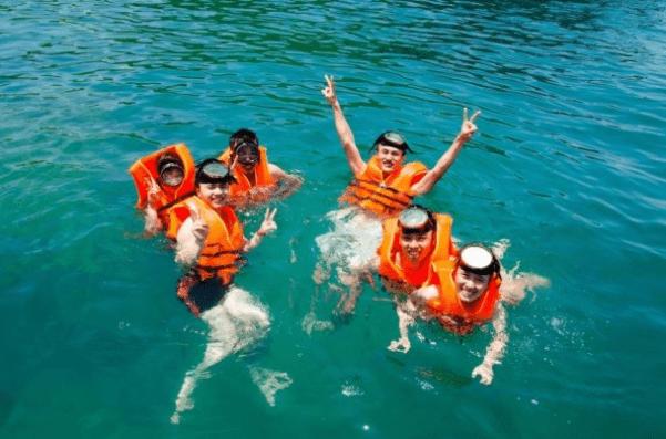 Hòa mình vào với làn nước trong mát tại vùng biển Côn Đảo