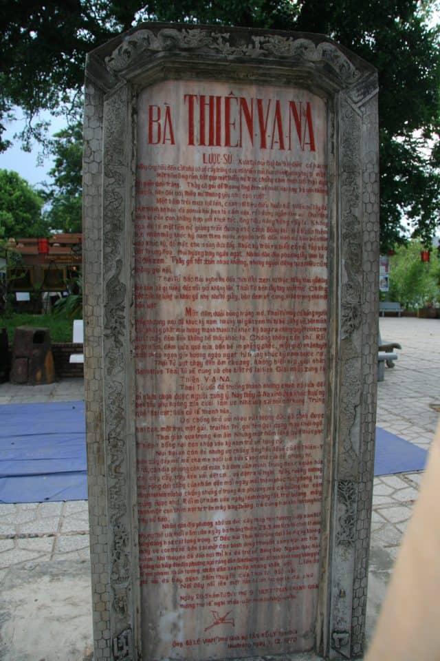 Tấm bia ghi lại sự tích hình thành Tháp Bà Ponagar (Ảnh ST)