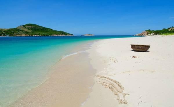 Bãi biển ở đây là trong xanh nhất cũng như bãi rất cạn nên gia đình có trẻ nhỏ có thể vui chơi thỏa thích (Ảnh ST)