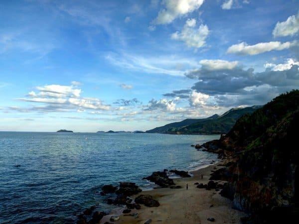 Cảnh biển mây trời núi đá hòa quyện càng tăng nét hoang sơ hút hồn của Tiên Sa (Ảnh ST)