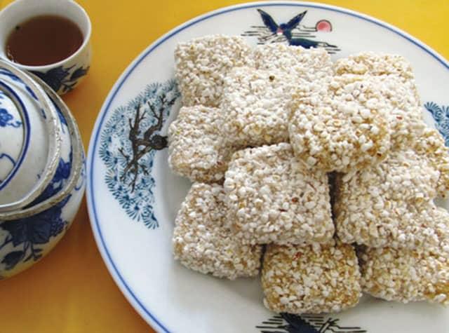 Bánh khô mè là một trong những loại bánh đặc sản truyền thống của miền Trung (Ảnh ST)