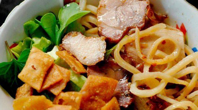 Có hình thức giống với mì Quảng nhưng cao lầu là một món ăn có nhiều nét đặc trưng riêng biệt của mình (Ảnh ST)