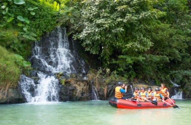 Chèo thuyền ngắm thác nước (Ảnh ST)
