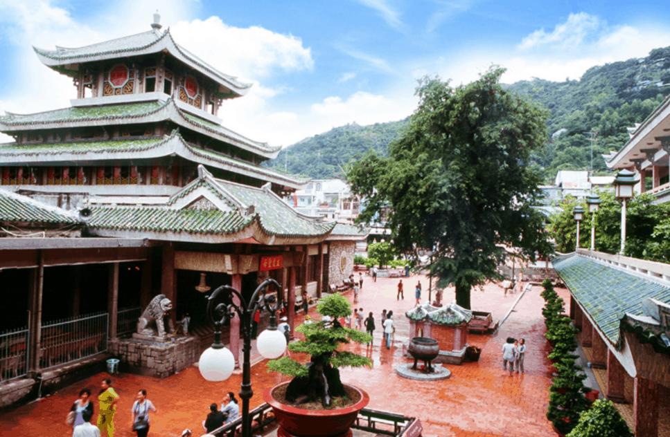 Chùa Bà Châu Đốc đang là địa điểm du lịch tâm linh hấp dẫn