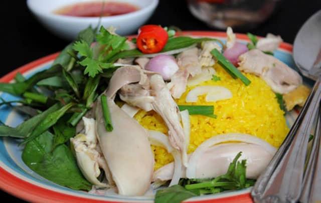 Cơm gà Tam Kỳ với hương vị thơm ngon, đậm đà chắc chắn bạn sẽ thích mê ngay khi ăn miếng đầu tiên (Ảnh ST)