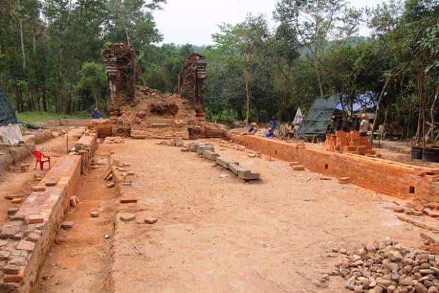 Chuyên gia bất ngờ khi phát hiện một con đường cổ và bờ tường dẫn chìm trong lòng đất (Ảnh ST)