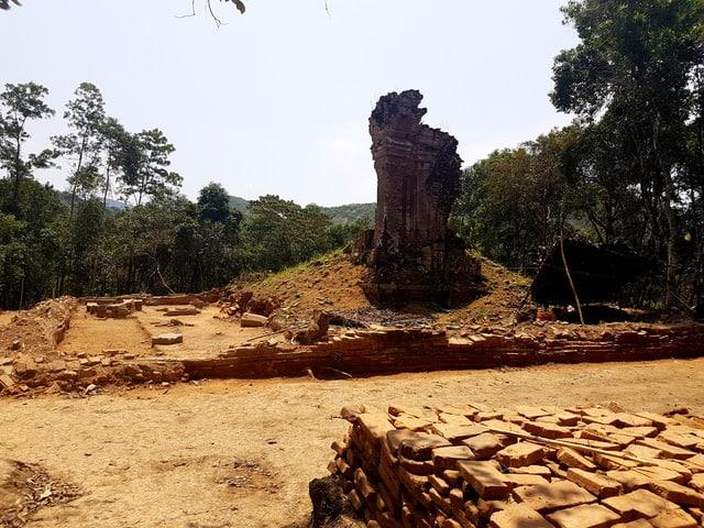 Tuyến đường cổ vừa phát lộ tại Di sản Văn hóa thế giới Mỹ Sơn có điểm đầu tại chân tháp K hay còn gọi là tháp Cổng, còn điểm cuối thì chưa thể xác định được (Ảnh ST)