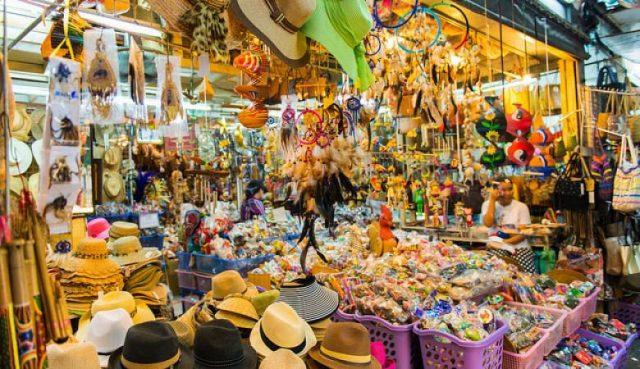 Những đồ lưu niệm được bày bán rất nhiều trong chợ (Ảnh ST)