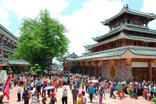 Hình ảnh dòng người hành hương tới chùa Bà Chúa Xứ