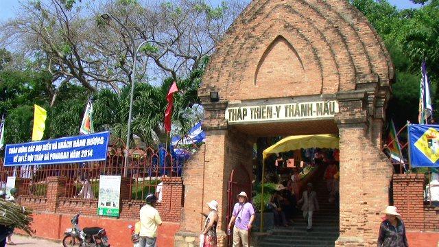 Cổng vào tòa tháp trong những ngày mở hội (Ảnh ST)