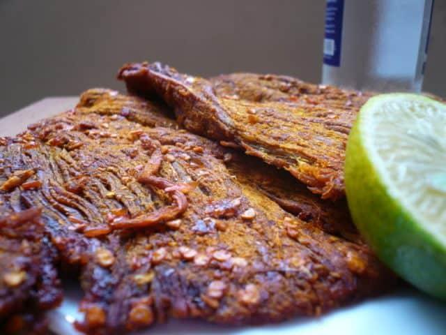 Thịt nai khô có thớ dài nguyên, ăn không quá khô, khi thưởng thức bạn vẫn cảm nhận được vị ngọt ngon của thịt (Ảnh ST)