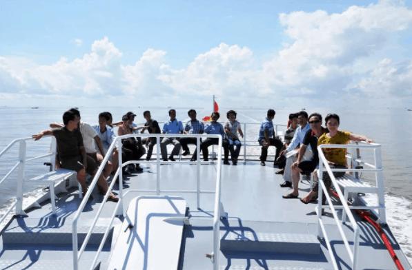 Ngắm cảnh biển ở trên Boong tàu