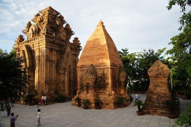 Tầng chính gồm tháp lớn nhất có tên Tháp Bà Ponagar (Ảnh ST)