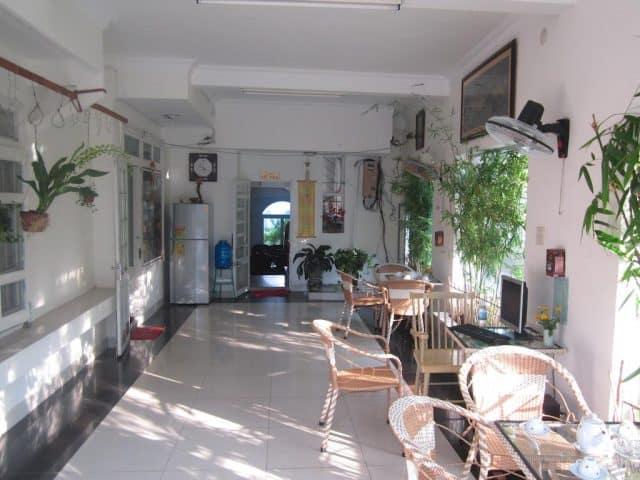 Khuôn viên khách sạn, nơi bạn có thể uống trà, thưởng thức cà phê (Ảnh ST)