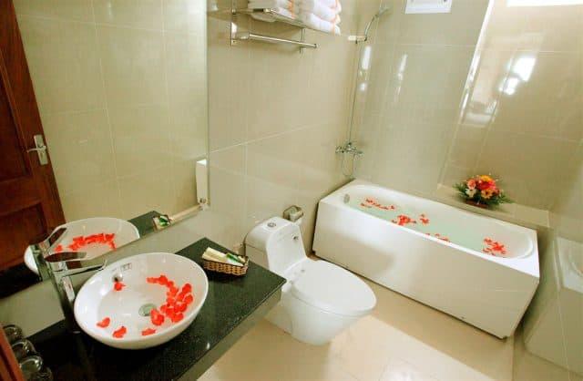 Phòng tắm với vòi hoa sen, bồn tắm giúp bạn có giây phút thư giãn tuyệt vời nhất (Ảnh ST)