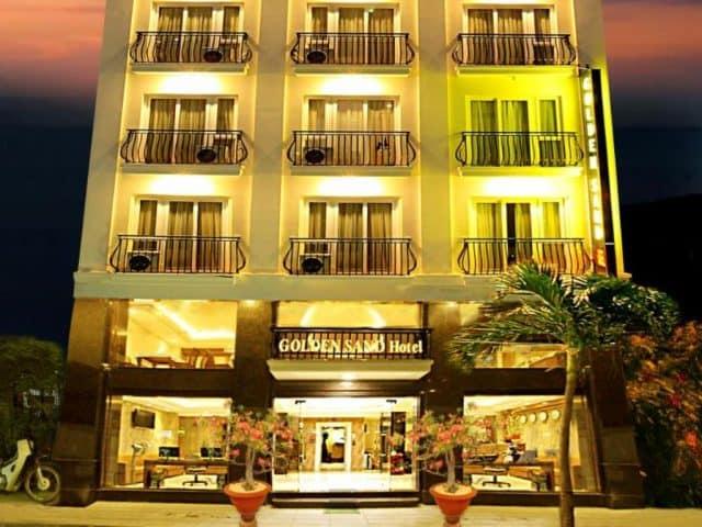 Golden Sand Hotel chỉ cách Bãi biển Nha Trang 50 m và cung cấp các phòng máy lạnh đi kèm Wi-Fi miễn phív(Ảnh ST)