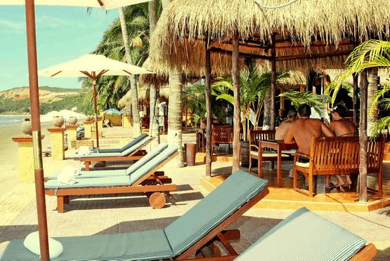 Nắng Hòn Rơm là một khách sạn nằm gần biển