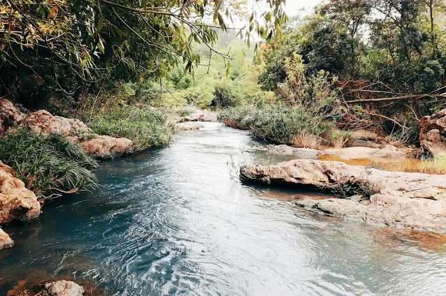 Nước trên thác đổ về các dòng suối nhỏ xuống hạ nguồn (Ảnh ST)