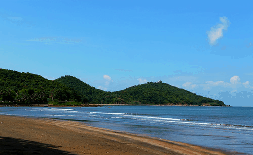 Mui Nai Sea with dark brown sand