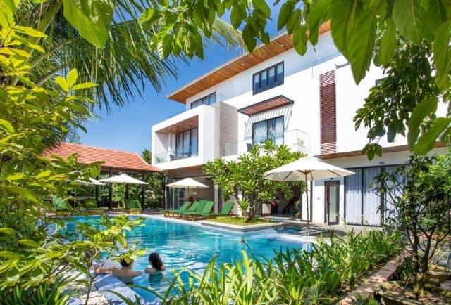 Bể bơi cùng cây xanh làm không gian thêm xanh mát hơn (Ảnh ST)