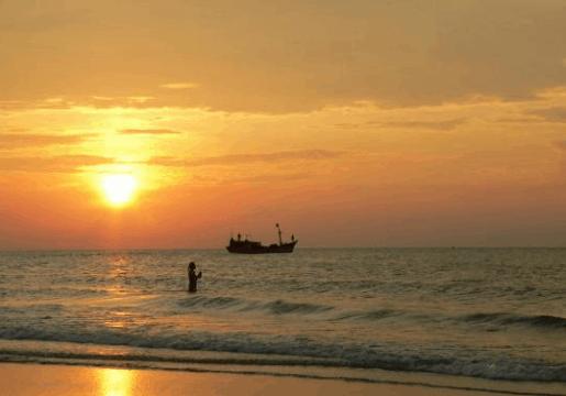 Khung cảnh bãi biển Thừa Đức lúc hoàng hôn