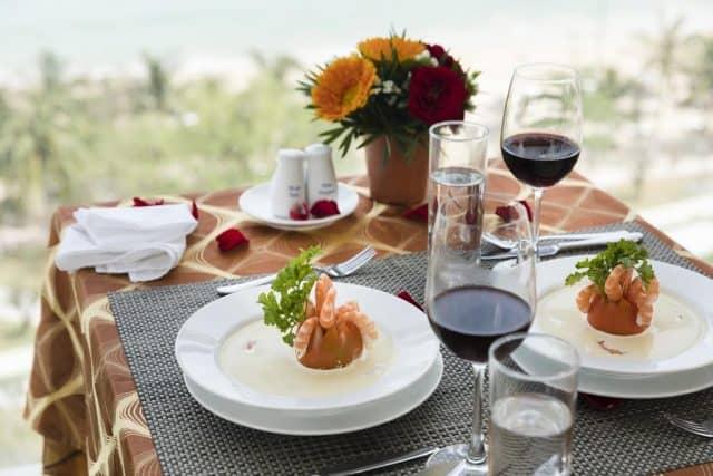Nhà hàng Panorama Restaurant & Bar trên tầng 13 phục vụ các món ăn kiểu Á và phương Tây cũng như bữa sáng tự chọn