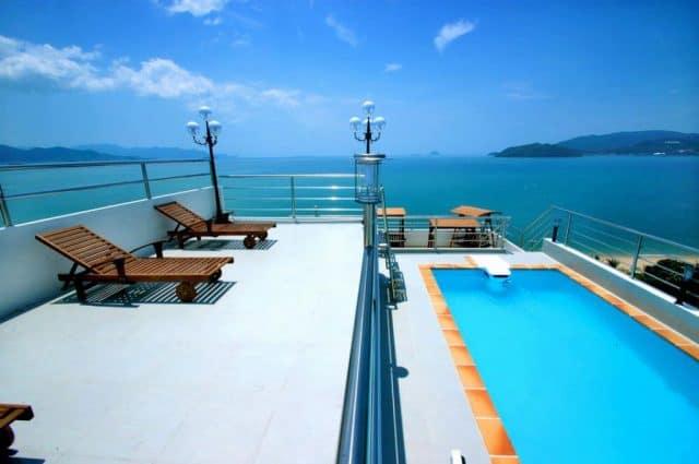 Khách sạn Blue Pearl Hotel 14 tầng có hồ bơi trên tầng mái và tiện nghi hát karaoke (Ảnh ST)