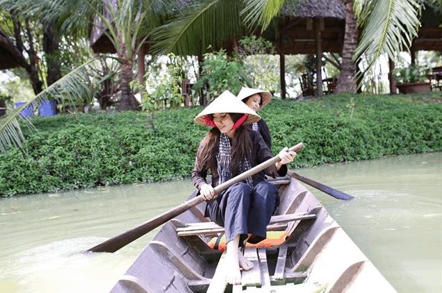 Chèo thuyền trên sông tại khu du lịch Lan Vương