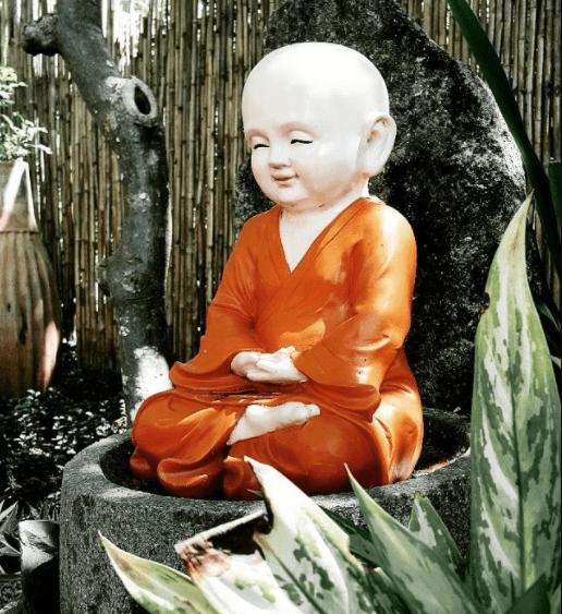 Tượng phật trong khuôn viên chùa Quan Âm Các