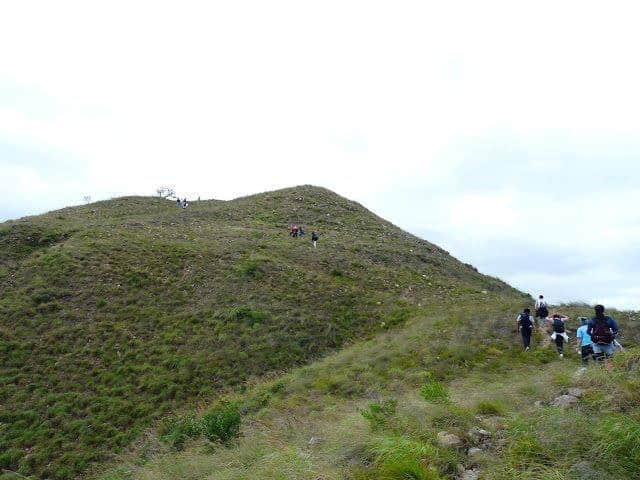Lên đến gần đỉnh thì núi sẽ thoai thoải nên đi lại khá dễ dàng (Ảnh ST)
