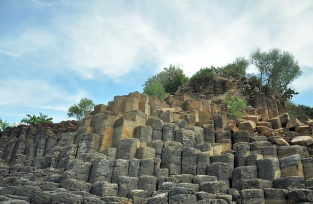Những ghềnh đá xếp lô xô cao thấp và bạn có thể dễ dàng đến sát mép biển, nơi sóng vỗ về, để ngắm toàn cảnh biển xanh tuyệt đẹp (Ảnh ST)