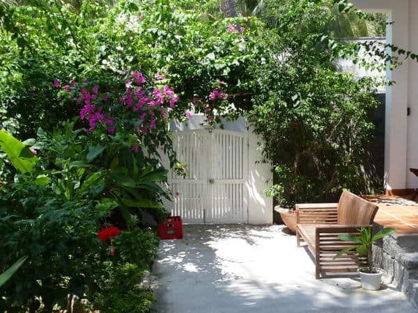 Cổng vào với nhiều cây lá hoa râm mát (Ảnh: sưu tầm)