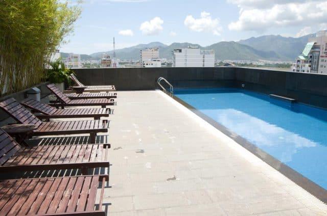 Hồ bơi ngoài trời sạch đẹp cho bạn bơi lội thỏa thích (Ảnh ST)