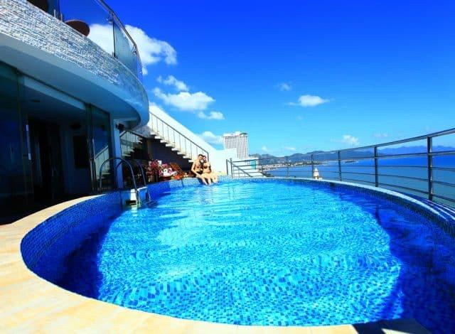 Bể bơi ngoài trời trên tầng cao nhìn trọn vẹn quang cảnh biển (Ảnh ST)